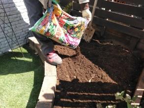 土に栄養を与える