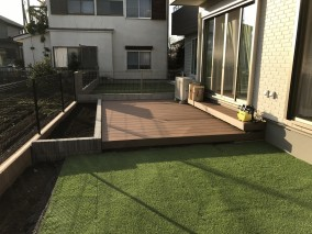 人工芝と人工木デッキの融合