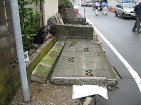 道路側に倒壊したブロック塀