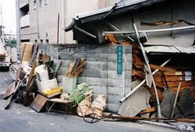 阪神淡路大震災で、木造の家の倒壊を支えたブロック塀