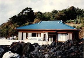 伊豆大島で溶岩の流れを遮ったブロック塀