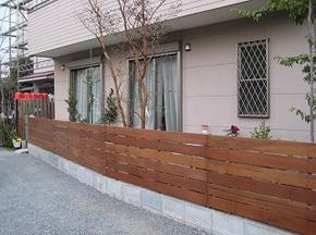 ブロックやレンガ等(組積材)を低く積み、その上に各種フェンス